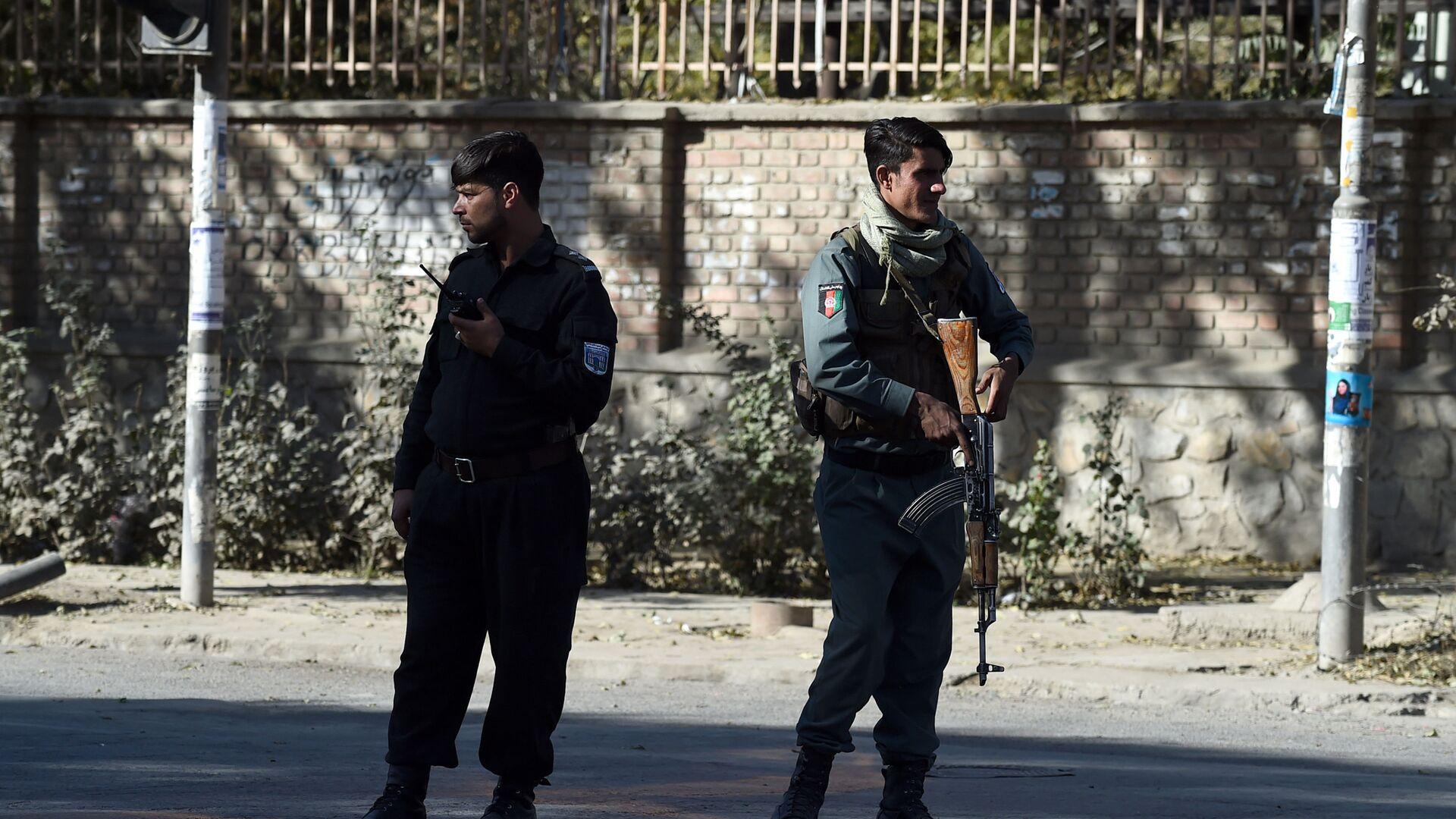 Полицейские стоят на страже возле Кабульского университета, архифное фото - Sputnik Таджикистан, 1920, 10.08.2021