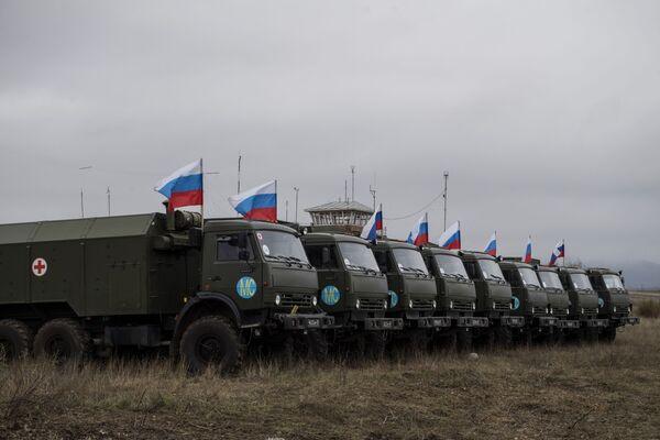 Военная техника неподалеку от госпиталя Министерства обороны России, развернутого на территории аэропорта в Степанакерте - Sputnik Таджикистан