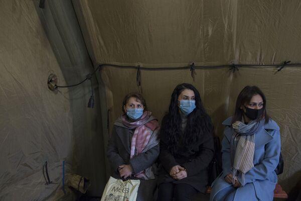 Пациенты ожидают приема врача на базе госпиталя развернутого Министерством обороны России на территории аэропорта в Степанакерте - Sputnik Таджикистан