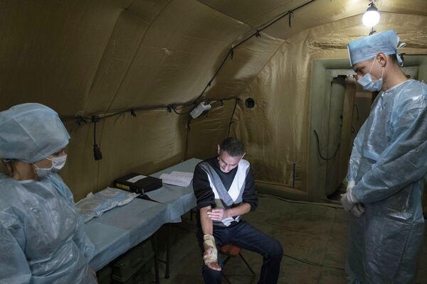 Медики оказывают помощь пациенту на базе полевого госпиталя развернутого Министерством обороны России на территории аэропорта в Степанакерте - Sputnik Таджикистан