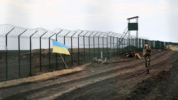 Украинский государственный флаг прикреплен к забору на украинско-российской границе - Sputnik Таджикистан