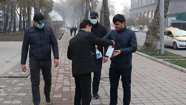 Тақсими ниқобҳои ройгон дар шаҳри Душанбе - Sputnik Тоҷикистон