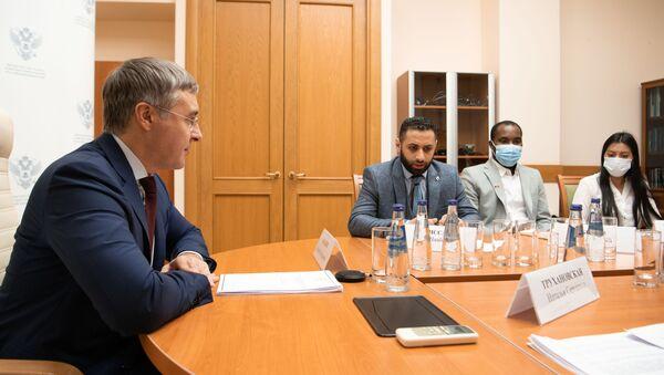 Встреча Валерия Фалькова с иностранными студентами - Sputnik Таджикистан