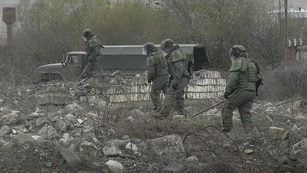 Разминирование местности вдоль дороги Шуша – Лысогорский в Нагорном Карабахе - Sputnik Тоҷикистон