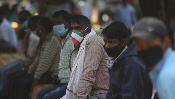 Люди в защитных масках в Индии - Sputnik Тоҷикистон
