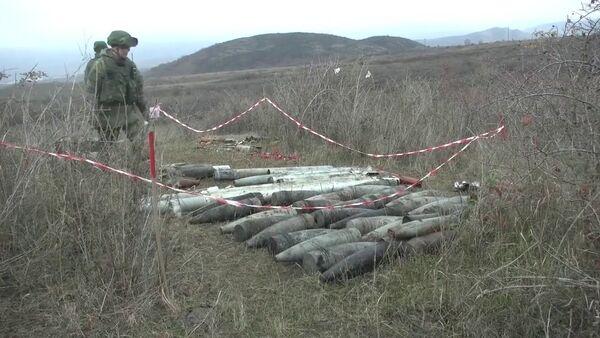 Разминирование южной окраины Степанакерта и утилизация найденных боеприпасов - YouTube - Sputnik Таджикистан
