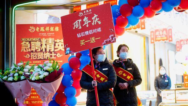 Продавцы ювелирного магазина во время рекламной акции в Ухане, Китай - Sputnik Таджикистан