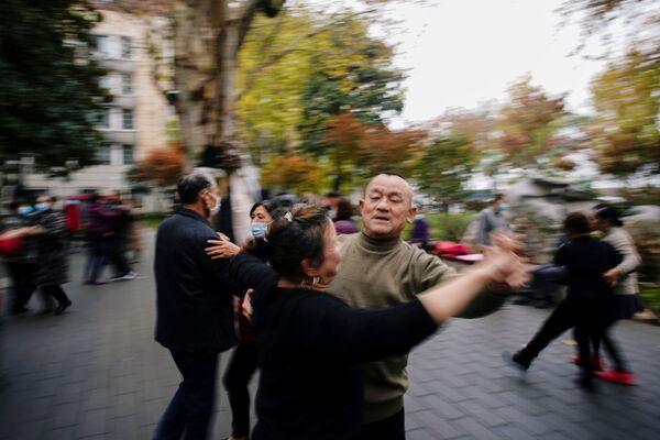 Люди танцуют в Ухане почти год после начала пандемии  - Sputnik Таджикистан
