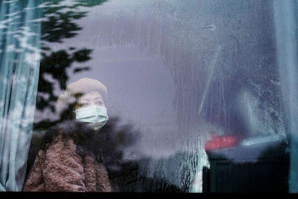 Девушка в маске в автобусе в Ухане почти год после начала пандемии  - Sputnik Таджикистан