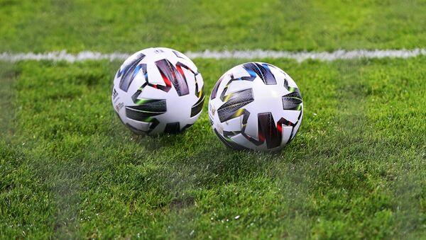 Футбольные мячи на поле стадиона - Sputnik Тоҷикистон