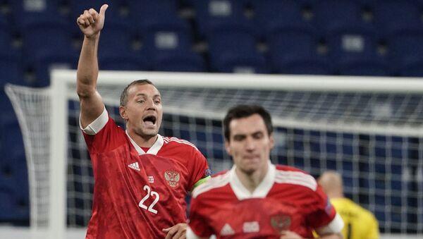 Игрок сборной России Артём Дзюба (слева) радуется забитому мячу - Sputnik Таджикистан