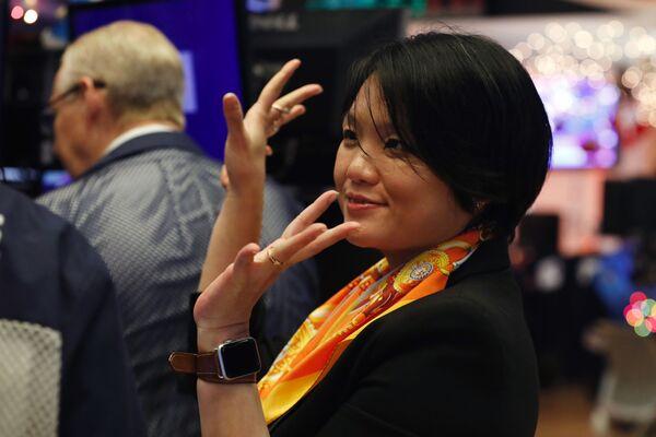 Директор OneConnect Джессика Тан на Нью-Йоркской фондовой бирже, 2019 год - Sputnik Таджикистан