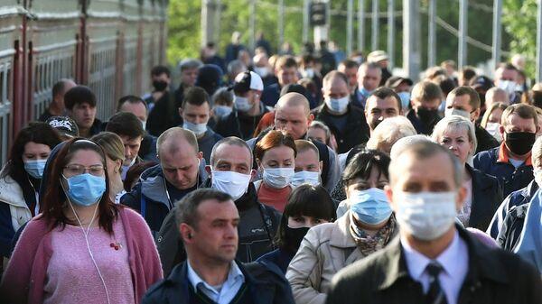 Пассажиры на платформе вокзала в масках - Sputnik Тоҷикистон