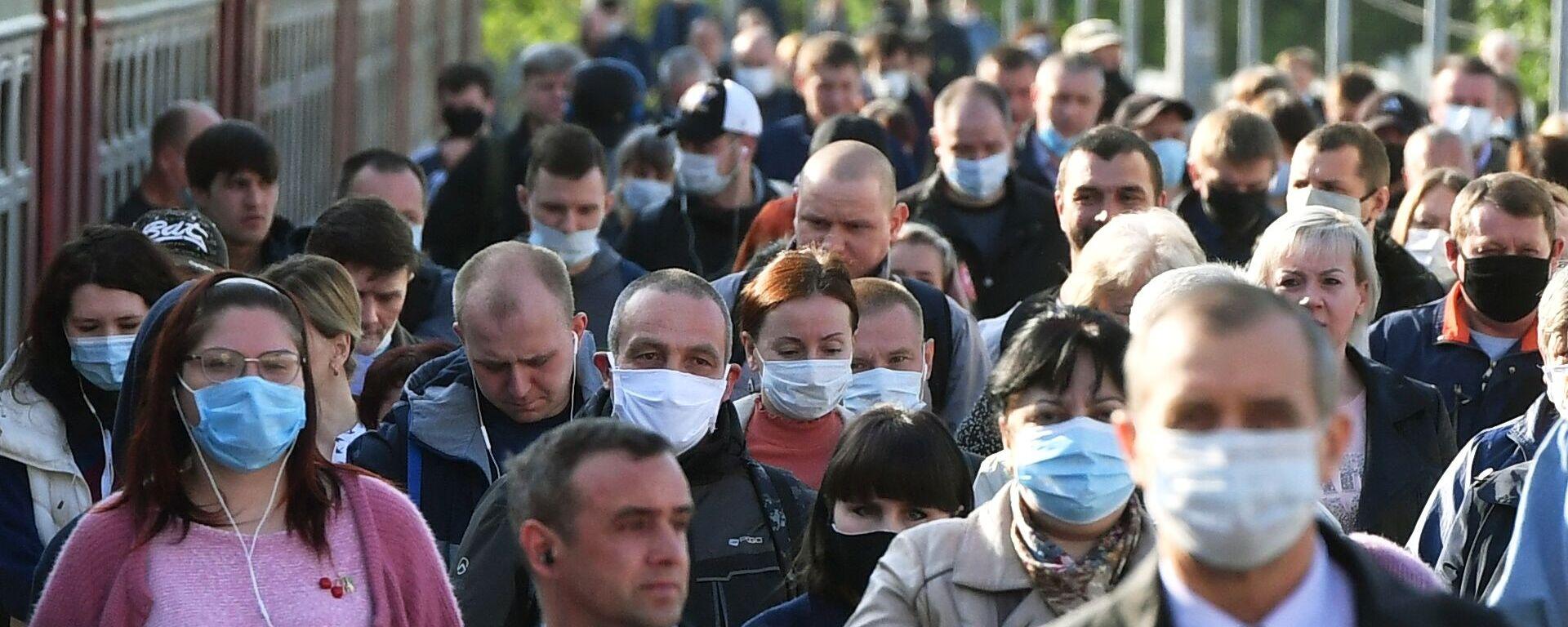 Пассажиры на платформе вокзала в масках - Sputnik Таджикистан, 1920, 12.01.2021