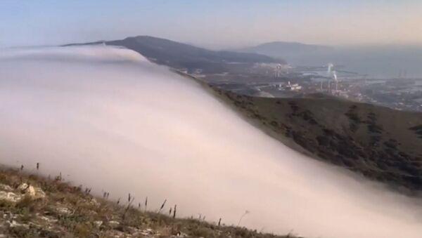 Небесное шоу: облака стекают с гор и растворяются в воздухе - YouTube - Sputnik Тоҷикистон