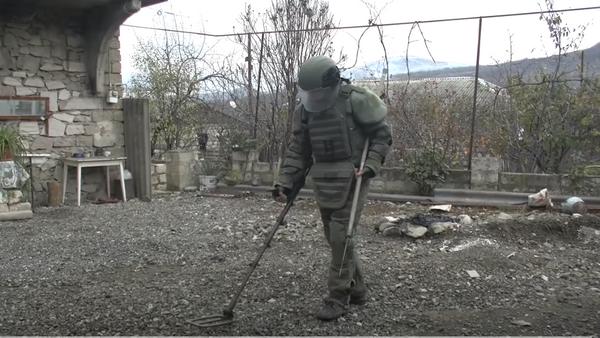 Разминирование территорий частных домов в Степанакерте - Sputnik Таджикистан