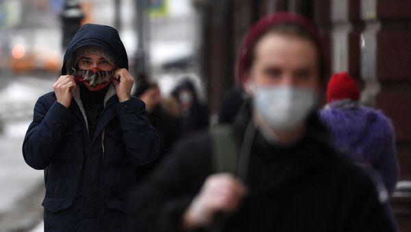 Прохожие в защитных масках  - Sputnik Тоҷикистон