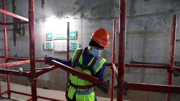 Рабочий на строительной площадке - Sputnik Таджикистан