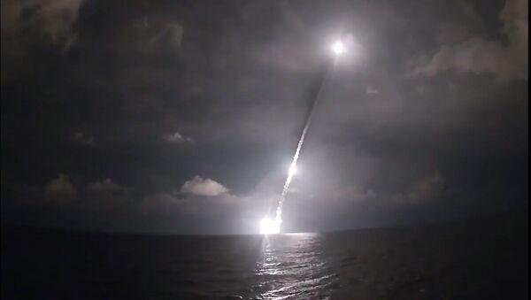 Залп четырьмя баллистическими ракетами Булава с борта новейшей подлодки Владимир Мономах - YouTube - Sputnik Таджикистан