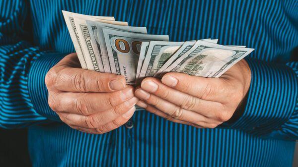 Доллары в руках - Sputnik Таджикистан