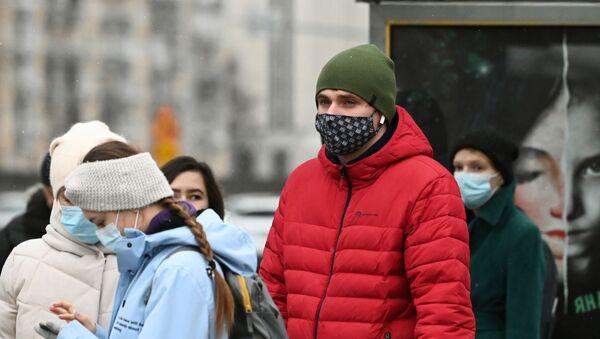 Люди в защитных масках на остановке общественного транспорта  - Sputnik Таджикистан