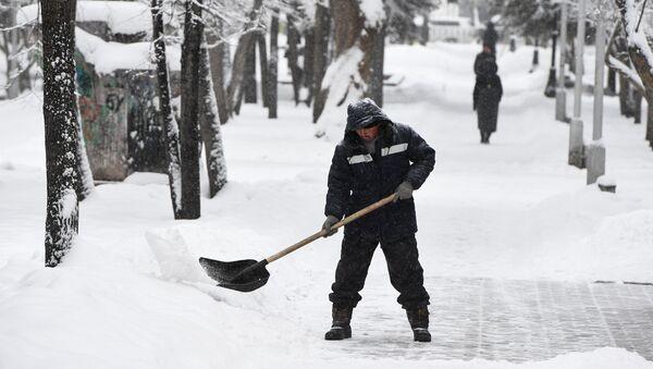 Дворник убирает снег - Sputnik Таджикистан