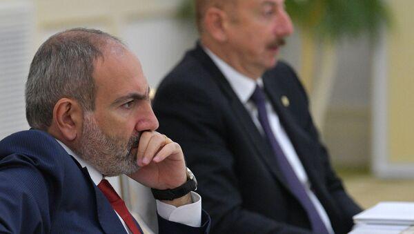 Премьер-министр Армении Никол Пашинян (слева) и президент Азербайджана Ильхам Алиев - Sputnik Тоҷикистон