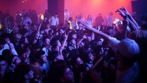 Посетители танцуют в ночном клубе в Ухане - Sputnik Тоҷикистон