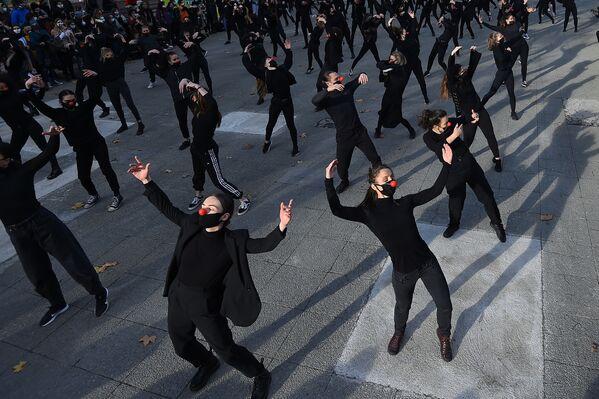 Танцоры группы Les essentiels во время выступления в знак протеста против политики правительства в области здравоохранения во Франции  - Sputnik Таджикистан