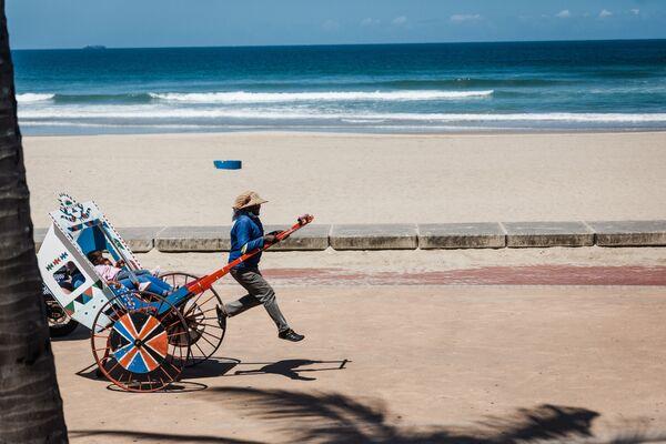 Рикша на пляже в Дурбане, ЮАР  - Sputnik Таджикистан