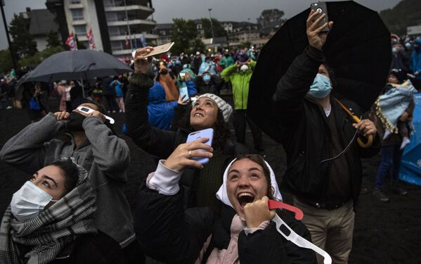 Люди во время наблюдения за полным солнечным затмением в Чили  - Sputnik Таджикистан