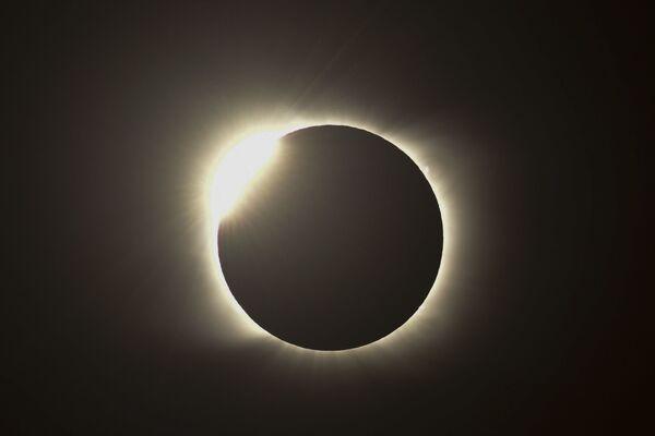 Огненное кольцо во время полного солнечного затмения в Аргентине  - Sputnik Таджикистан