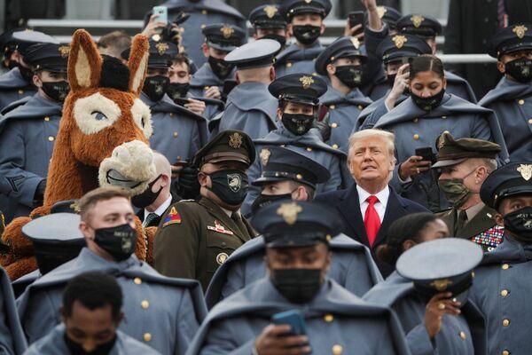Президент США Трамп стоит среди курсантов армии США в Вест-Пойнте - Sputnik Таджикистан