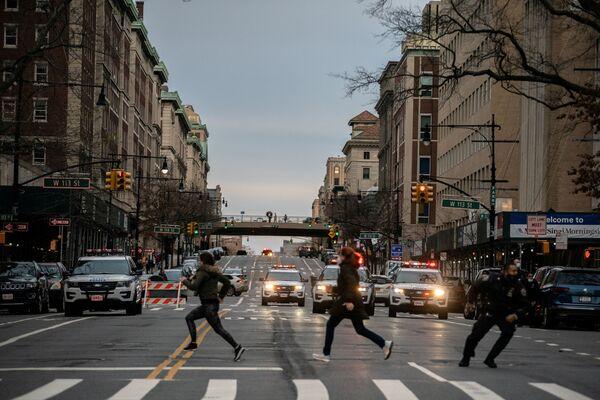 Люди убегают с места стрельбы у собора Иоанна Богослова в Нью-Йорке  - Sputnik Таджикистан