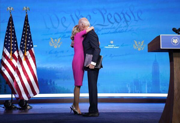 Президент США Джо Байден обнимает свою жену Джилл Байден - Sputnik Таджикистан
