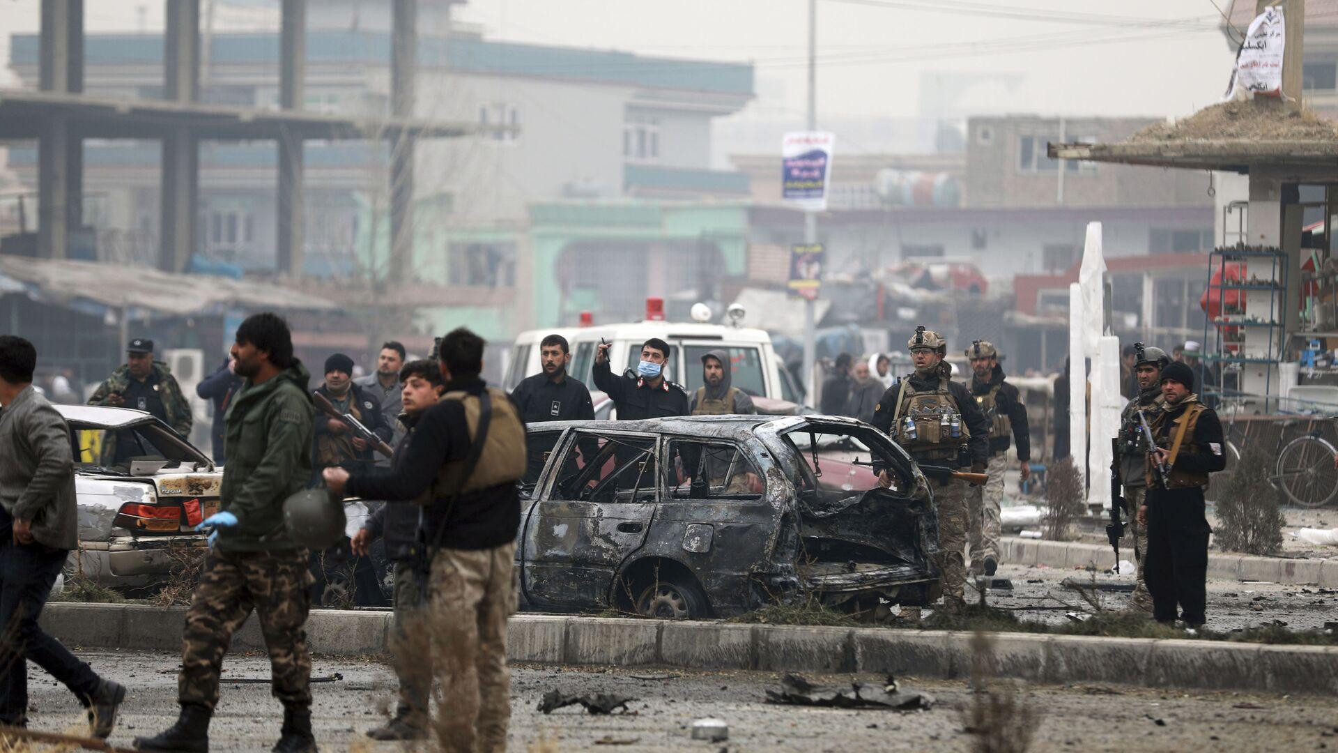 Сотрудники службы безопасности Афганистана осматривают место взрыва бомбы в Кабуле, 20 декабря 2020 - Sputnik Тоҷикистон, 1920, 01.04.2021