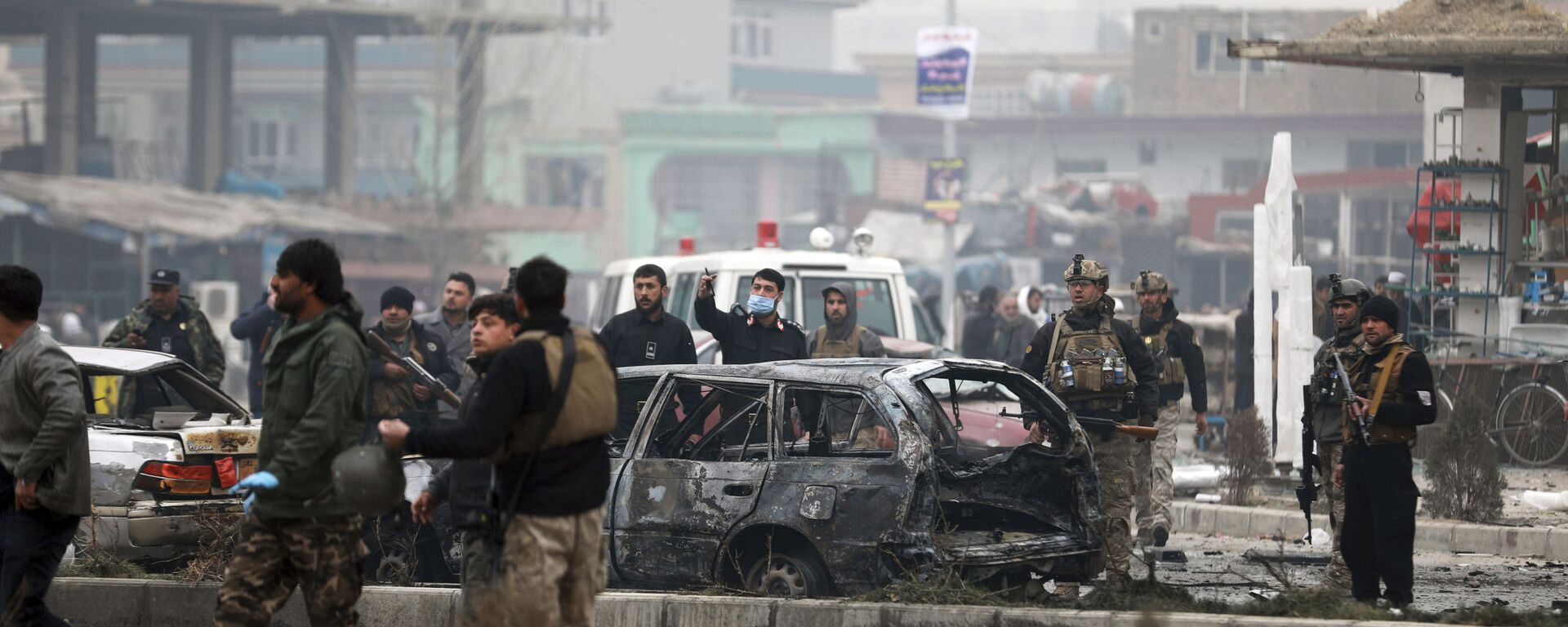 Сотрудники службы безопасности Афганистана осматривают место взрыва бомбы в Кабуле, 20 декабря 2020 - Sputnik Таджикистан, 1920, 24.06.2021