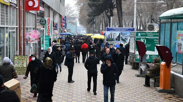 Прохожие на улице в Душанбе - Sputnik Тоҷикистон