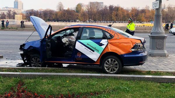 Каршеринговый автомобиль попал в ДТП  - Sputnik Таджикистан