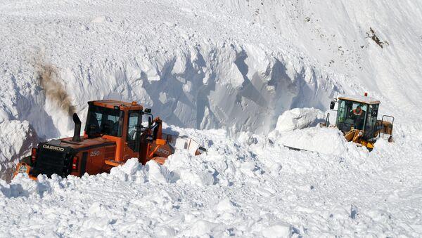 Сотрудники коммунальных служб проводят расчистку дорожного полотна от снежных завалов. - Sputnik Таджикистан