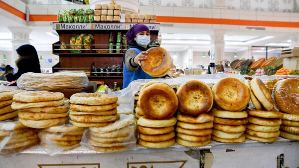Прилавок с лепешками рынке Мехргон в Душанбе - Sputnik Таджикистан