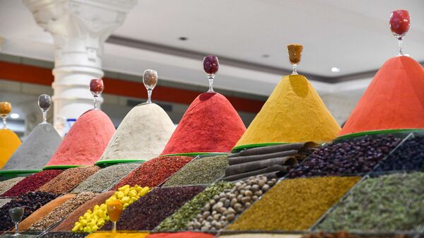 Прилавок со специями на рынке Мехргон в Душанбе - Sputnik Таджикистан