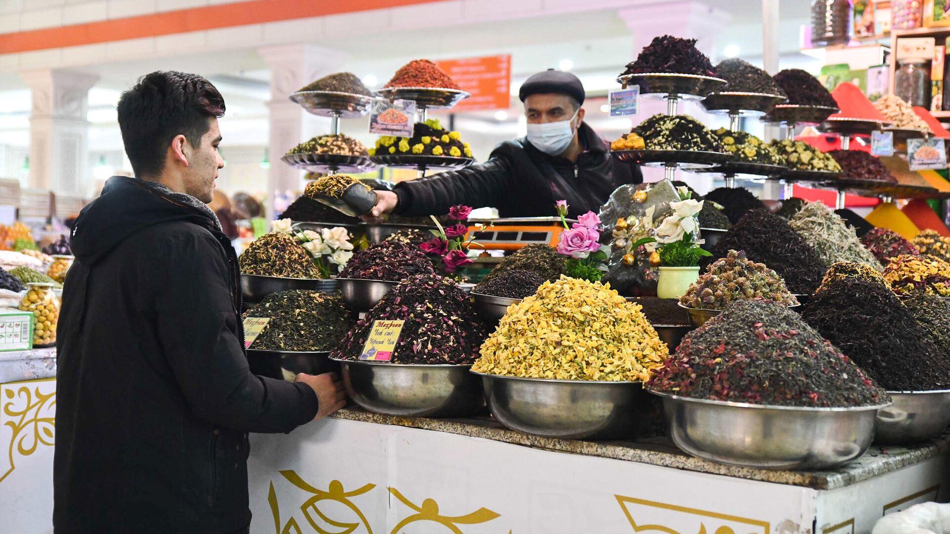 Покупатель на рынке Мехргон в Душанбе - Sputnik Таджикистан, 1920, 10.02.2021