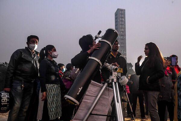 Наблюдение за соединением Юпитера и Сатурна в Индии  - Sputnik Таджикистан