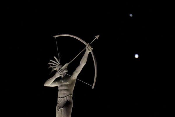 Юпитер и Сатурн на фоне статуи в штате Канзас  - Sputnik Таджикистан