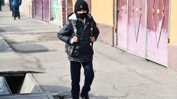 Школьник идет по улице города Душанбе - Sputnik Тоҷикистон