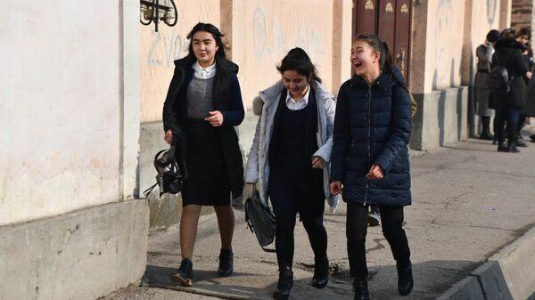 Подростки идут по улице города Душанбе - Sputnik Таджикистан