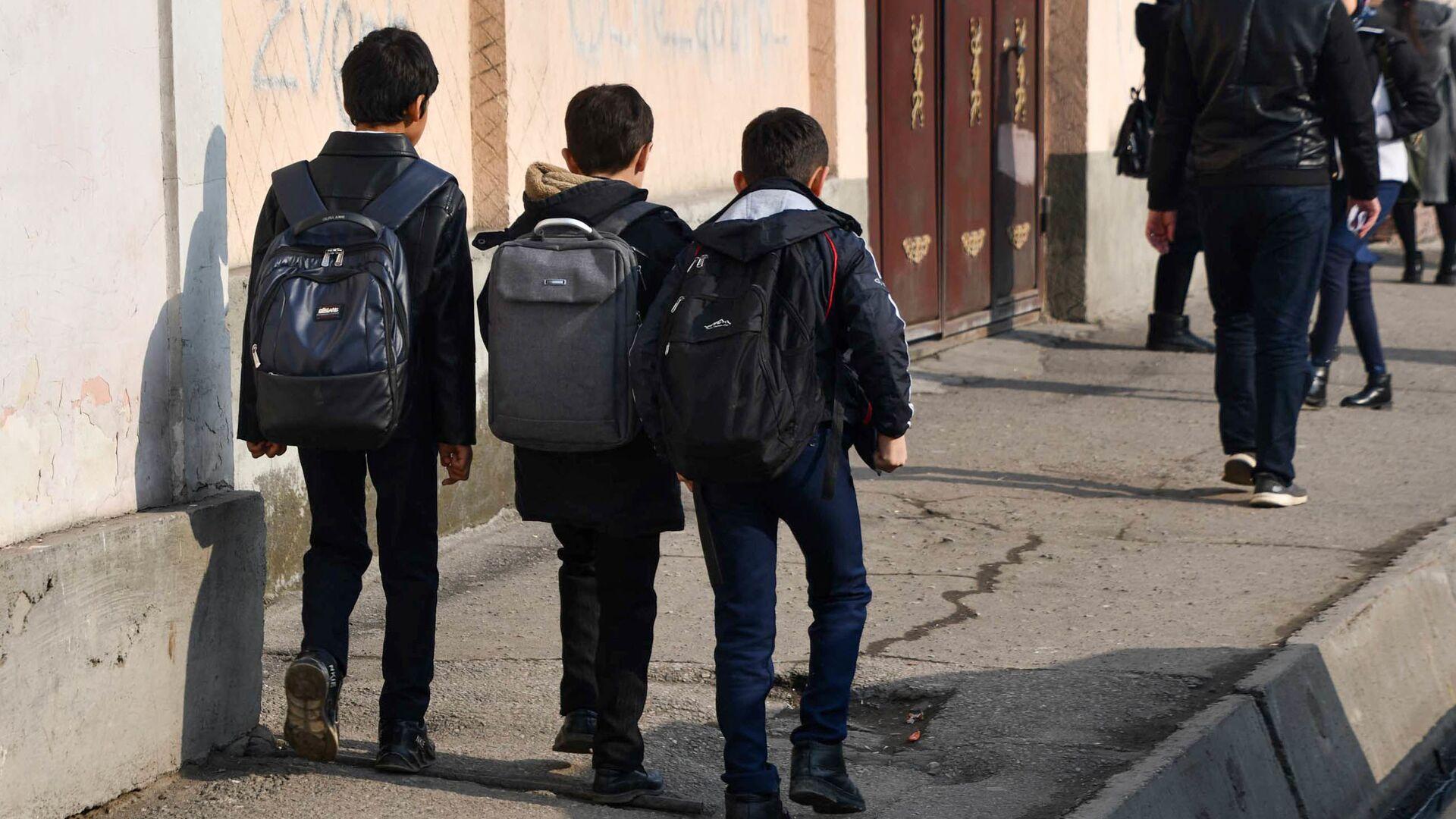 Школьники идут по улице города Душанбе - Sputnik Тоҷикистон, 1920, 22.02.2021