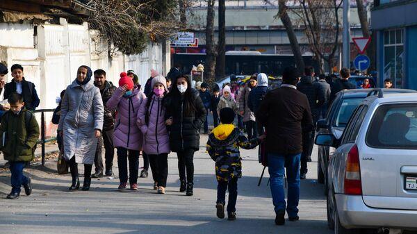 Люди на улице в городе Душанбе - Sputnik Таджикистан