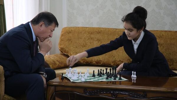 Министр МВД играет шахматы с воспитанниками клуба Динамо - Sputnik Тоҷикистон